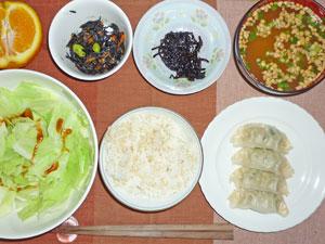 ご飯,餃子,キャベツのレンジ蒸し,ヒジキの煮物,昆布の佃煮,納豆汁,オレンジ