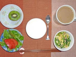 チーズケーキ,スクランブルエッグ,サラダ,キウイフルーツ,コーヒー