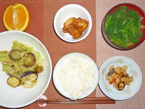 ご飯,茄子とキャベツの炒め物,豆の煮物,空揚げ,もやしとほうれん草のみそ汁,オレンジ