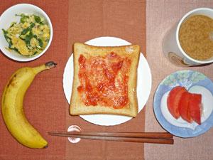 イチゴジャムトースト,トマト,ほうれん草と玉子の炒め物,バナナ,コーヒー