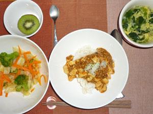 麻婆豆腐丼,キャベツと人参とブロッコリーの野菜蒸し,玉子スープ,キウイフルーツ