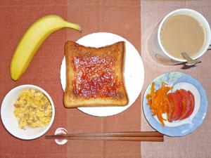 イチゴジャムトースト,スクランブルエッグ,人参のポン酢漬け,トマト,バナナ