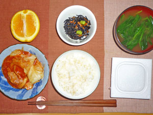 納豆ご飯,キャベツのトマトソース煮,ヒジキの煮物,ほうれん草のみそ汁,オレンジ