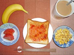 イチゴジャムトースト,スクランブルエッグ,トマト,コーヒー,バナナ