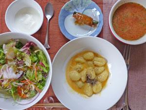 ポテトニョッキのカルボナーラ,野菜の肉巻き,サラダ,トマトスープ,ヨーグルト