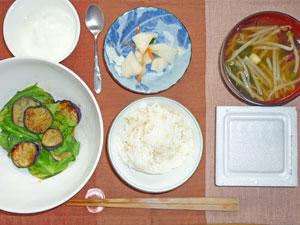 納豆ご飯,キャベツと茄子の炒め物,もやしのみそ汁,漬物,ヨーグルト