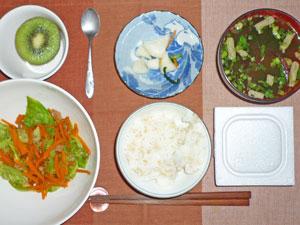 納豆ご飯,キャベツと人参の炒め物,漬物,ワカメのみそ汁,キウイフルーツ
