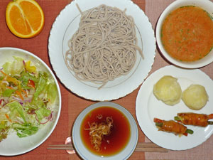 蕎麦,サラダ,粉吹き芋,肉野菜巻き,トマトスープ,オレンジ