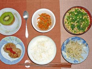 ご飯,プチバーグ,もやしのおひたし,納豆汁,キンピラゴボウ,キウイフルーツ