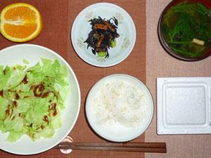 納豆ご飯,蒸しキャベツ,ヒジキの煮物,ワカメとほうれん草のみそ汁,オレンジ