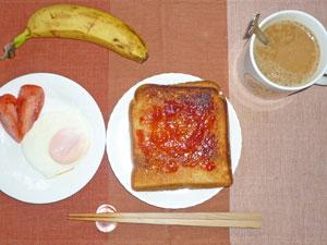 イチゴジャムトースト,トマト,目玉焼き,バナナ,コーヒー