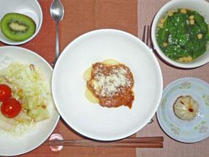 ニョッキのミートソース,ほうれん草のスープ,サラダ,小龍包,キウイフルーツ