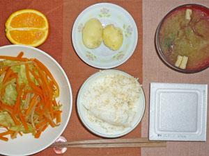 納豆ご飯,粉吹き芋,野菜炒め,ワカメのみそ汁,オレンジ