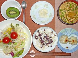 ゆかりご飯,小龍包,サラダ,漬物,もやしの納豆汁,キウイフルーツ