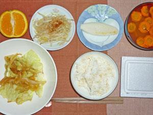 納豆ご飯,キャベツと玉ねぎの炒め物,もやしのおひたし,笹かま,ニンジンのみそ汁,オレンジ