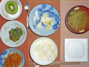 納豆ご飯,ほうれん草の胡麻和え,キンピラゴボウ,大根の漬物,もやしのみそ汁,キウ