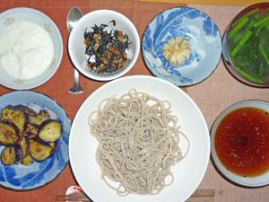 日本蕎麦,小龍包,茄子とひき肉の炒め物,ヒジキの煮物,ほうれん草のみそ汁,ヨーグルト