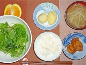 ご飯,サラダ,唐揚げ,もやしのみそ汁,蒸しじゃが,オレンジ