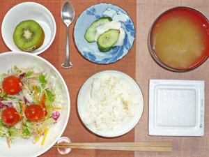 納豆ご飯,サラダ,漬物,玉ねぎのみそ汁,キウイフルーツ