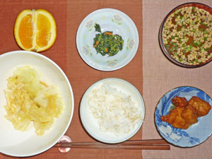 ご飯,唐揚げ,ほうれん草の胡麻和え,キャベツの蒸し煮,納豆汁,オレンジ