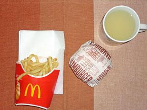 ハンバーガー,フライドポテト,レモン水