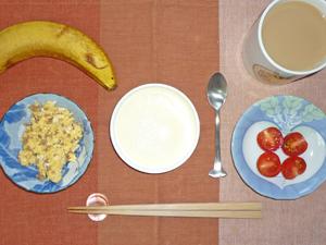 チーズケーキ,スクランブルエッグ,トマト,バナナ,コーヒー