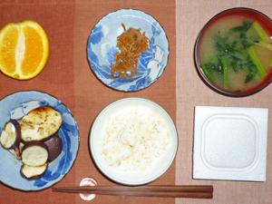 納豆ご飯,焼き茄子,キンピラゴボウ,ワカメとほうれん草のみそ汁,オレンジ