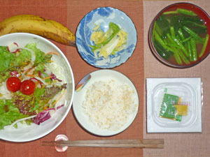 納豆ご飯,サラダ,漬物,ほうれん草のみそ汁,バナナ,コーヒー
