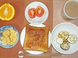 イチゴジャムトースト,焼きナス,トマト,スクランブルエッグ,オレンジ,コーヒー