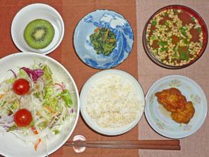 ご飯,唐揚げ,サラダ,ほうれん草の胡麻和え,納豆汁,キウイフルーツ