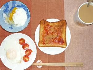イチゴジャムトースト,目玉焼き,プチトマト,ヨーグルトフルーツカクテル,コーヒー