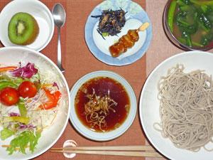 蕎麦,サラダ,ヒジキの煮物,焼きとり,ほうれん草のみそ汁,キウイフルーツ