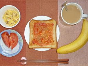 イチゴジャムトースト,スクランブルエッグ,トマト,バナナ,コーヒー