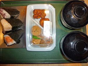 博多明太子おにぎり,梅干しおにぎり2/3,鶏のから揚げ,キンピラ,がんもどき,野菜のみそ汁