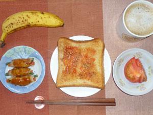 イチゴジャムトースト,肉野菜巻き,トマト,バナナ,コーヒー