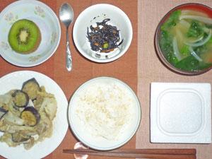 納豆ご飯,キャベツとナスの肉みそ炒め,ヒジキの煮物,ほうれん草と玉ねぎのみそ汁,キウイフルーツ