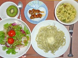スパゲティ・バジルソース,サラダ,焼き鳥,玉子スープ,キウイフルーツ