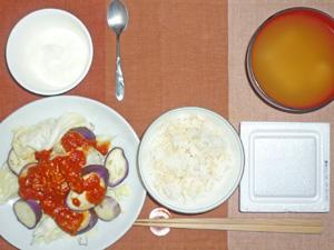 納豆ご飯,蒸し茄子と蒸しキャベツのアラビアータソースがけ,豆腐とワカメのみそ汁,ヨーグルト