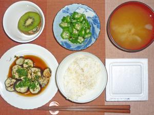 納豆ご飯,焼き茄子の南蛮ダレ,オクラのおひたし,玉ねぎのみそ汁,キウイフルーツ