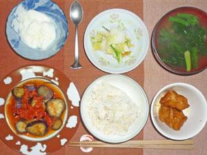 ご飯,唐揚げ,茄子のみそトマトソース煮込み,漬物,ほうれん草のみそ汁,ヨーグルト