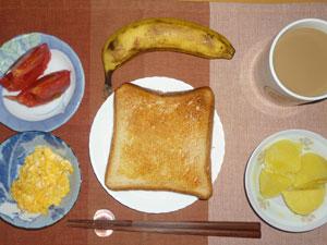 トースト,蒸かしイモ,スクランブルエッグ,トマト,バナナ,コーヒー