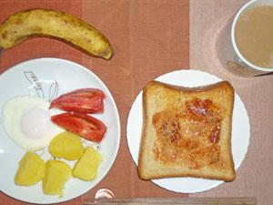 イチゴジャムトースト,目玉焼き,トマト,蒸かしイモ,バナナ,コーヒー