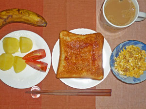 イチゴジャムトースト,スクランブルエッグ,蒸かしイモ,トマト,バナナ,コーヒー