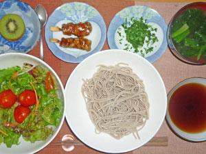 7割そば,サラダ,青ネギ,焼き鳥,ほうれん草とワカメのみそ汁,キウイフルーツ