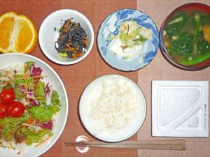 納豆ご飯,サラダ,ヒジキの煮物,漬物,ほうれん草の納豆汁,オレンジ