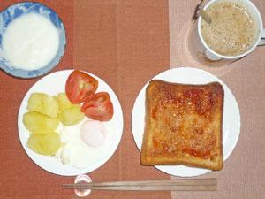 トースト,蒸かしイモ,トマト,目玉焼き,ヨーグルト,コーヒー