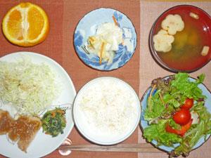 ご飯,生姜焼き,千切りキャベツ,ほうれん草の胡麻和え,プチサラダ,漬物,ワカメとフのみそ汁,オレンジ