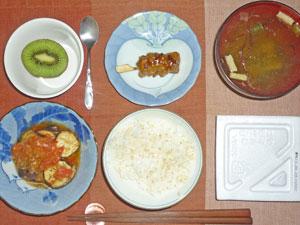 納豆ご飯,焼き茄子のミソトマトソース炒め,焼き鳥,ワカメのみそ汁,キウイフルーツ