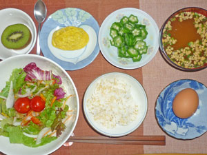 玉子かけご飯,サラダ,オクラのお浸し,プチオムレツ,納豆汁,キウイフルーツ