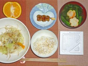 納豆ご飯,蒸し野菜,焼き鳥,ほうれん草と麩のみそ汁,オレンジ